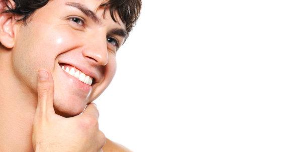 Uomini e chirurgia estetica: aumentare il volume del mento per essere più virili